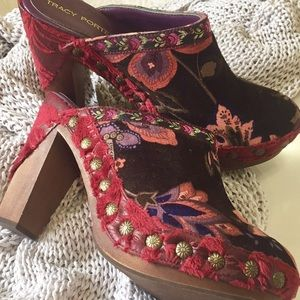 Gorgeous Tracy Porter Boho Floral Brocade Clogs